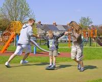 Un giovane gioco della famiglia insieme Fotografia Stock Libera da Diritti