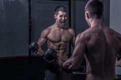 Un giovane, grida gridanti, esaminante lo, specchio Fotografia Stock