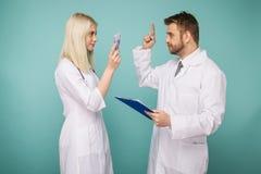 Un giovane infermiere corrompe un uomo ad un medico fotografie stock