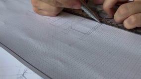 Un giovane ingegnere impara lavorare con i grafici stock footage