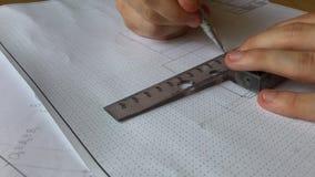 Un giovane ingegnere impara lavorare con i grafici video d archivio