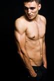 Un giovane maschile freddo senza camicia Immagine Stock