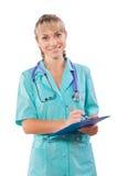 Un giovane medico femminile con sorridere della lavagna per appunti isolato Immagine Stock