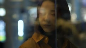 Un giovane modello femminile con la riflessione della finestra stock footage
