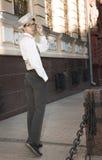 un giovane nelle passeggiate dei vestiti alla moda Fotografia Stock