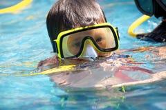 Un giovane operatore subacqueo Fotografie Stock