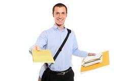 Un giovane postino che trasporta posta Immagini Stock