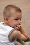 Un giovane ragazzo annoiato Fotografia Stock Libera da Diritti