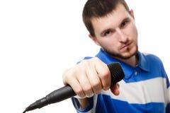 Un giovane ragazzo che tiene un microfono, fine in su. immagine stock libera da diritti
