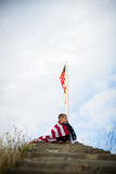 Un giovane ragazzo con una bandiera americana, gioia di essere un americano Immagini Stock