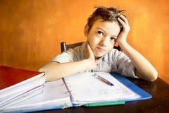 Un giovane ragazzo preoccupato su compito Immagine Stock Libera da Diritti
