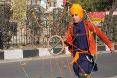 Un giovane ragazzo sikh che effettua con un chakkar Immagini Stock Libere da Diritti