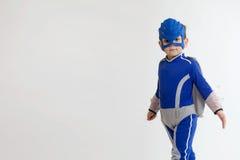 Giovane ragazzo in un costume del supereroe Immagini Stock Libere da Diritti