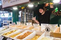 Un giovane rappresentante posa ad un supporto italiano della pasta al mercato del luccio a Seattle, Washington, U.S.A. fotografia stock