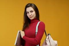 Un giovane riuscito avvocato della donna ha raggiunto il suo scopo in tribunale La bella ragazza scrupolosa ha applicato la sua c fotografia stock libera da diritti