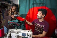 Un giovane sarto Md Rashed Alam, invecchia 28 bandiere nazionali del Bangladesh di fabbricazione a Dacca, Bangladesh Immagine Stock Libera da Diritti