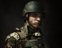 Un giovane soldato dell'esercito ucraino fotografia stock libera da diritti