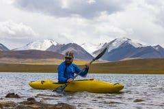 Un giovane sta galleggiando su un kajak Fotografia Stock