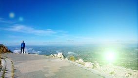 Un giovane sta su un percorso al mausoleo su Lovcen nel Montenegro Viste panoramiche delle montagne e dei campi fotografie stock libere da diritti