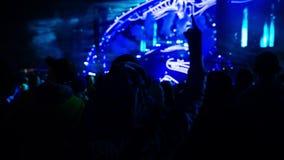 Un giovane tipo ottiene il festival di ballo della folla a disposizione archivi video