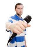Un giovane tirante con un microfono. Immagini Stock