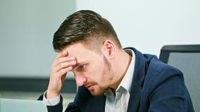 Un giovane uomo d'affari stanco che lavora fuori orario Immagine Stock Libera da Diritti