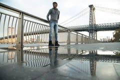 Un giovane, uomo di colore cammina lungo il ` la s East River - l'autunno 2016 di NYC Immagine Stock Libera da Diritti