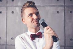 Un giovane uomo emozionale allegro divertente attraente sbatte le palpebre in una s bianca fotografia stock