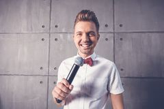 Un giovane uomo emozionale allegro divertente attraente sbatte le palpebre in una s bianca immagini stock libere da diritti