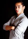 Un giovane uomo ispanico duro in studio Fotografia Stock