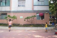 Un giovane volano del gioco del figlio e della madre Fotografie Stock