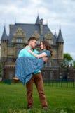 Un giovani uomo e donna amorosi delle coppie che camminano vicino del castello honeymoon Fotografie Stock