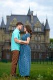 Un giovani uomo e donna amorosi delle coppie che camminano vicino del castello honeymoon Fotografia Stock Libera da Diritti