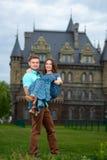 Un giovani uomo e donna amorosi delle coppie che camminano vicino del castello honeymoon Fotografie Stock Libere da Diritti