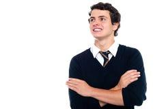 Un giovanotto attento che esamina la scheda Fotografia Stock