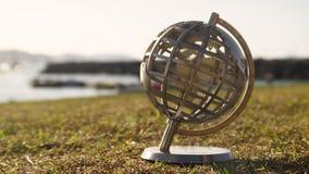 Un giro de oro del globo almacen de video