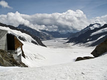 Un glaciar en las montañas Fotos de archivo libres de regalías
