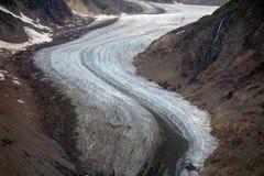 Un glaciar hermoso que enrolla abajo un moutain Fotografía de archivo