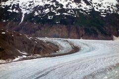 Un glaciar hermoso que enrolla abajo un moutain Foto de archivo libre de regalías
