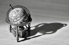 Un globe du monde et son ombre, noirs et blancs image stock