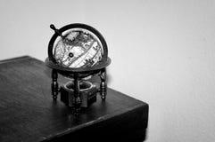 Un globe du monde, noir et blanc photographie stock