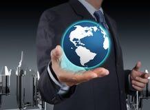 Un globe rougeoyant de la terre dans des ses mains Images libres de droits