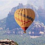 Un globo del aire caliente se eleva cerca de Sedona, Arizona foto de archivo