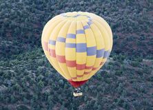 Un globo del aire caliente se eleva sobre el bosque del Estado de Coconino, Arizona imagen de archivo libre de regalías