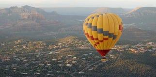 Un globo del aire caliente se eleva sobre Sedona, Arizona Fotos de archivo libres de regalías