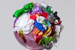 Un globo della terra con rifiuti sopra fondo bianco, il concetto del problema di ecologia immagini stock libere da diritti