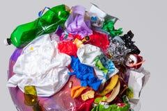 Un globo della terra con rifiuti sopra fondo bianco, il concetto del problema di ecologia fotografie stock