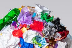 Un globo della terra con rifiuti sopra fondo bianco, il concetto del problema di ecologia fotografia stock libera da diritti