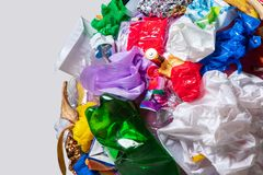 Un globo della terra con rifiuti sopra fondo bianco, il concetto del problema di ecologia immagine stock libera da diritti