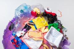 Un globo della terra con rifiuti sopra fondo bianco, il concetto del problema di ecologia fotografie stock libere da diritti
